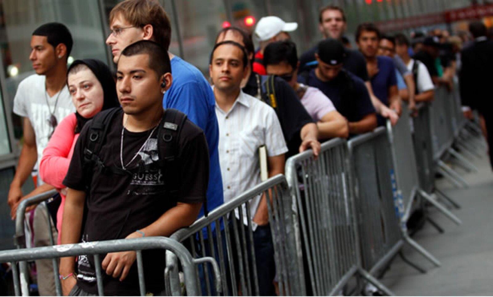 Cientos de personas se reunieron en la tienda de la Quinta Avenida en Nueva York, esperando el nuevo iPhone.