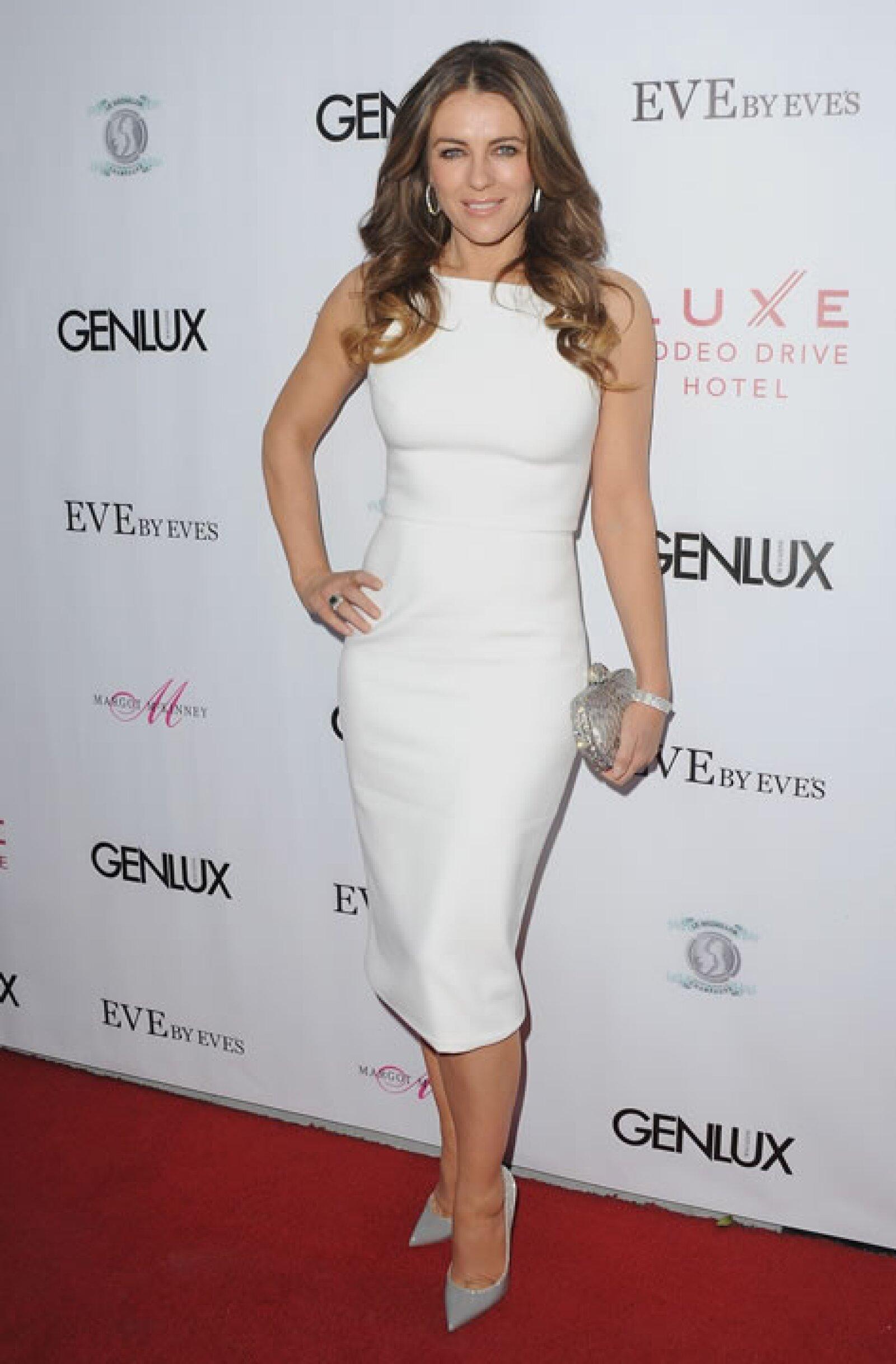 Elizabeth Hurley es otra de las famosas que, a sus 50, luce espectacular y con envidiable figura.
