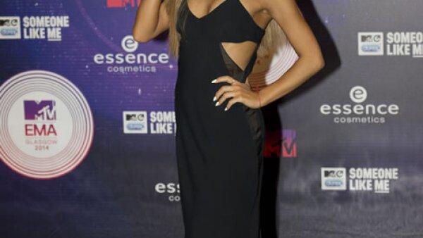 Ariana Grande fue recibida por sus fans en la black carpet, quienes cantaban sus canciones.