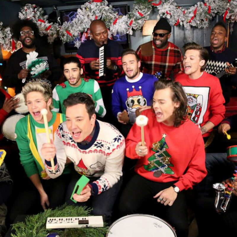 """El presentador de televisión reunió a los cinco popstars para realizar su propia versión del clásico """"Santa Claus is coming to town"""", todo ello realizado con los instrumentos más básicos."""