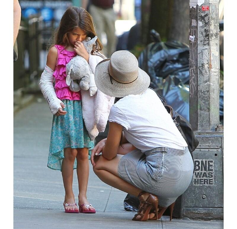 La hija de Tom Cruise y Katie Holmes se fracturó el brazo derecho recientemente, cosa que parece no tenerla de muy buen humor. Sin embargo, su mamá trata de ser muy paciente con ella.