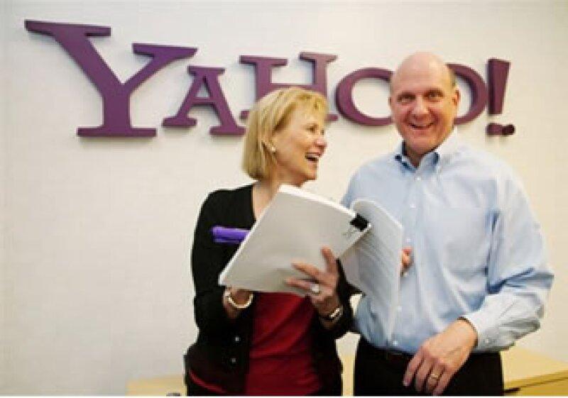 La directora general de Yahoo, Carol Bartz, y el director general de Microsoft Steve Ballmer en la sede central de Yahoo en Sunnyvale, California. (Foto: AP)