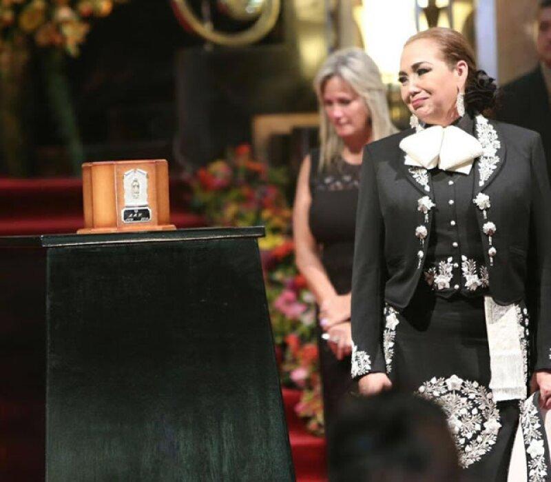 Aida Cuevas cantó `Te lo pido por favor´ y luego hizo guardia.