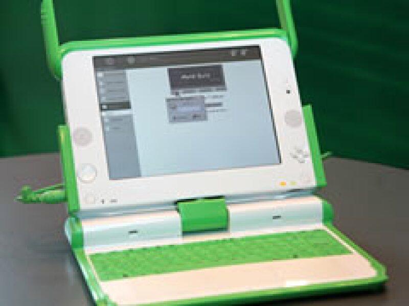 La organización entrega computadoras a los niños gracias a donaciones. (Foto: AP)