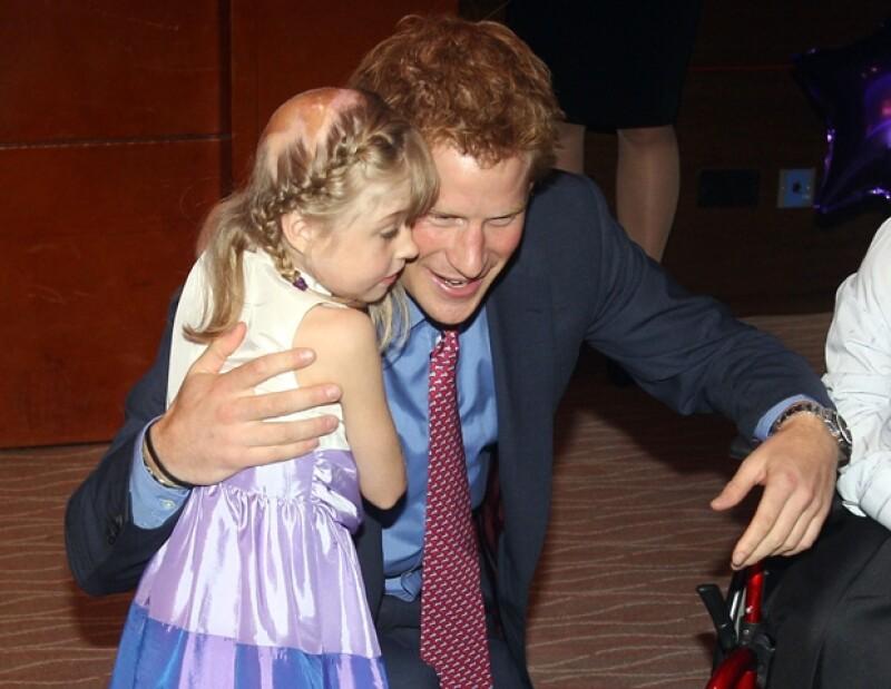 El Príncipe convivió con los pequeños durante la ceremonia.
