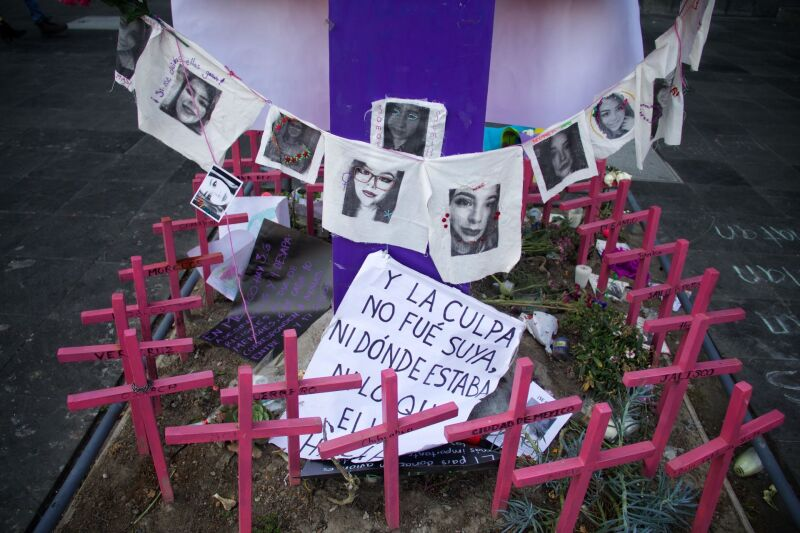 Flores, bordados, veladoras y fotografías fueron colocadas el día de ayer por mujeres feministas por la niña Fátima Cecilia, Ingrid Escamilla y los miles de casos de feminicidio en el país