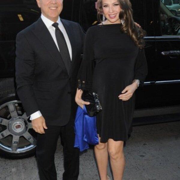 Por supuesto, con tan avanzado mes de embarazo no podría ir sin su esposo, Tommy Mottola.