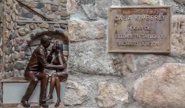La escultura de Burton y Taylor en la entrada.