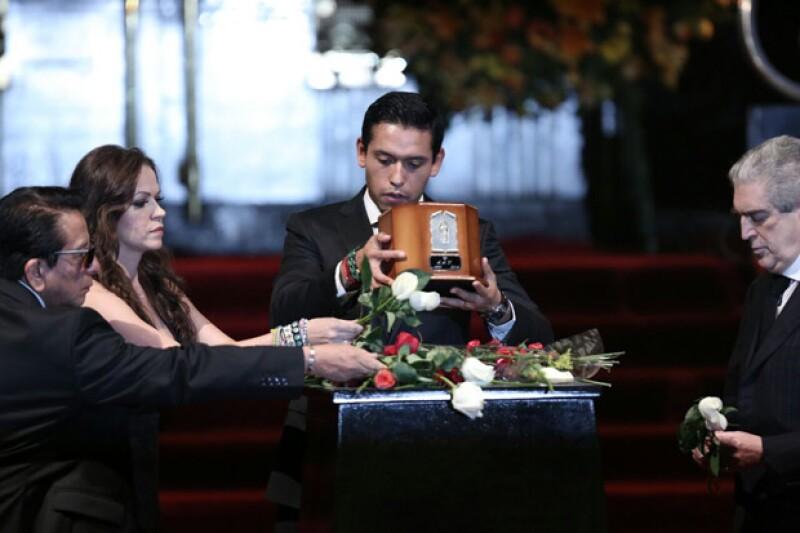 Luego de permanecer cerca de 30 horas en el Palacio de Bellas Artes, las cenizas del cantautor abandonaron el lugar para ser trasladadas a Ciudad Juárez, en donde permanecerán definitivamente.