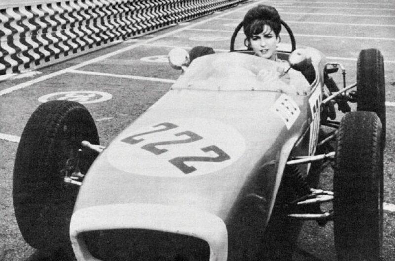 Angélica María en 1968, así como ella varios artistas de la época se daban cita en las carreras de autos. El glamour era parte fundamental del autódromo.