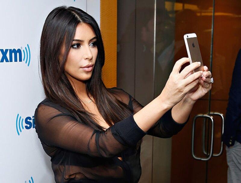 No será con la real, pero sí con su doble idéntica. El museo de cera de Madame Tussad en Londres revelará una estatua que tomará selfies con su celular cuando poses con ella.