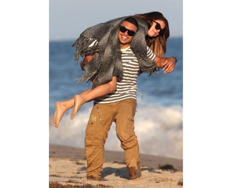 Selena fue criticada por las belibiers al ser captada muy divertida con el mejor amigo de Justin, Alfredo Flores.