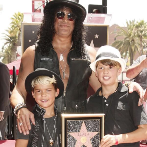 Slash, exguitarrista de Guns and Roses, recibió su estrella en el Paseo de la Fama al lado de sus hijos London Emilio y Cash Anthony.