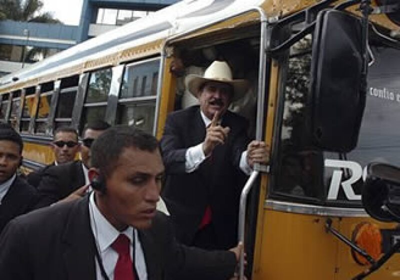 Manuel Zelaya (centro) salió de Honduras el pasado fin de semana.  (Foto: AP)