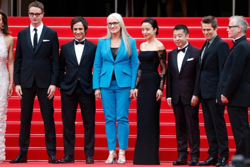 Gael García posando en red carpet con los demás miebros del jurado de la Selección Oficial Nicolas Winding Refn, Jane Campion, Do-yeon Jeon, Zhangke Jia, Willem Dafoe y el director del Cannes Film Festival, Thierry Fremaux.