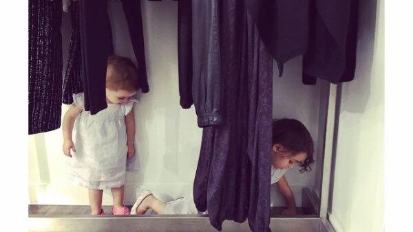 Sus pequeñas acompañan a su mamá Karla Guindi de shopping.