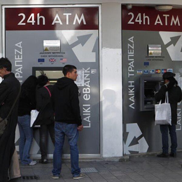A diferencia de otros rescates, el pacto de ayuda a Chipre pasa parte de la ayuda a los ahorradores, lo que generó que varias personas buscan retirar su dinero de los bancos.