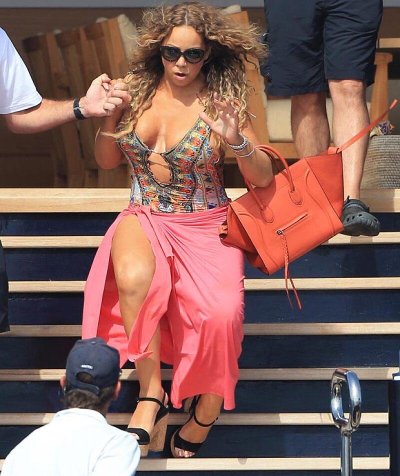 La cantante sufrió un ligero desliz mientras iba bajando las escaleras para subirse al yate de su novio.