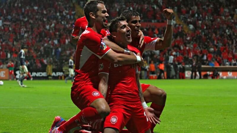 Edgar Benítez es abrazado por sus compañeros tras sus dos goles anotados contra Chivas