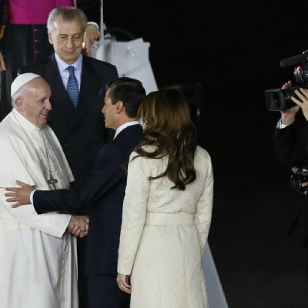 Enrique Peña Nieto y la primera dama, Angélica Rivera, saludan al pontífice.