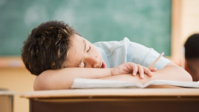 nino dormir salon de clases sueño