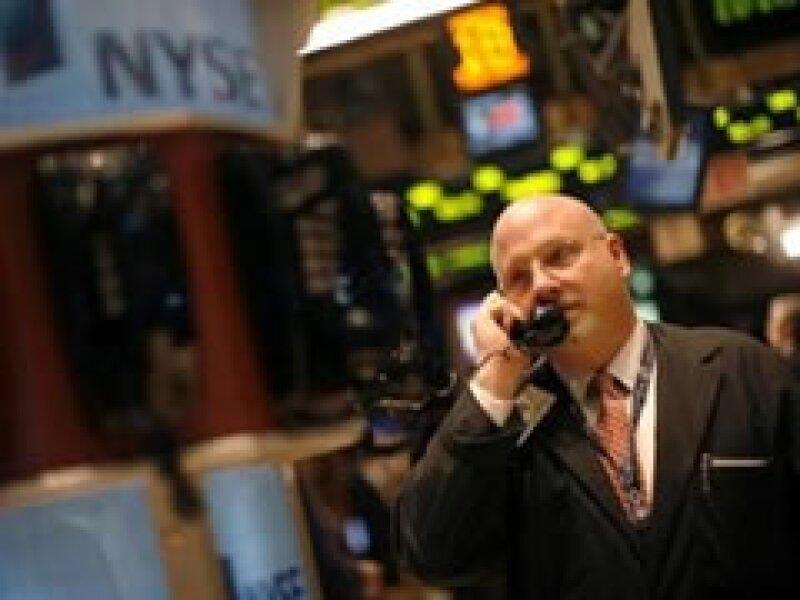 Las Bolsas de EU operan con importantes pérdidas la mañana de este jueves. (Foto: Archivo)