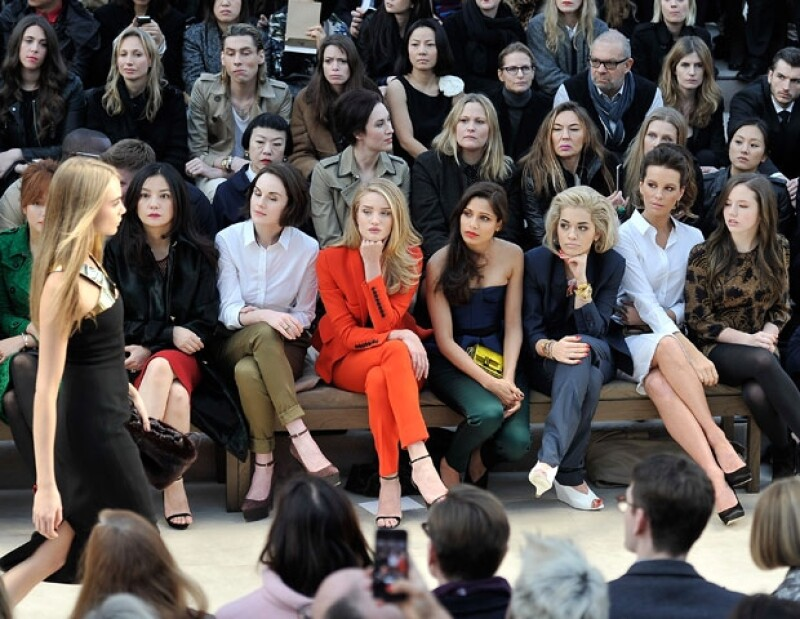 En el frontrow: Rosie Huntington-Whiteley, Freida Pinto, Rita Ora, Kate Beckinsale y MInnie Teempah.