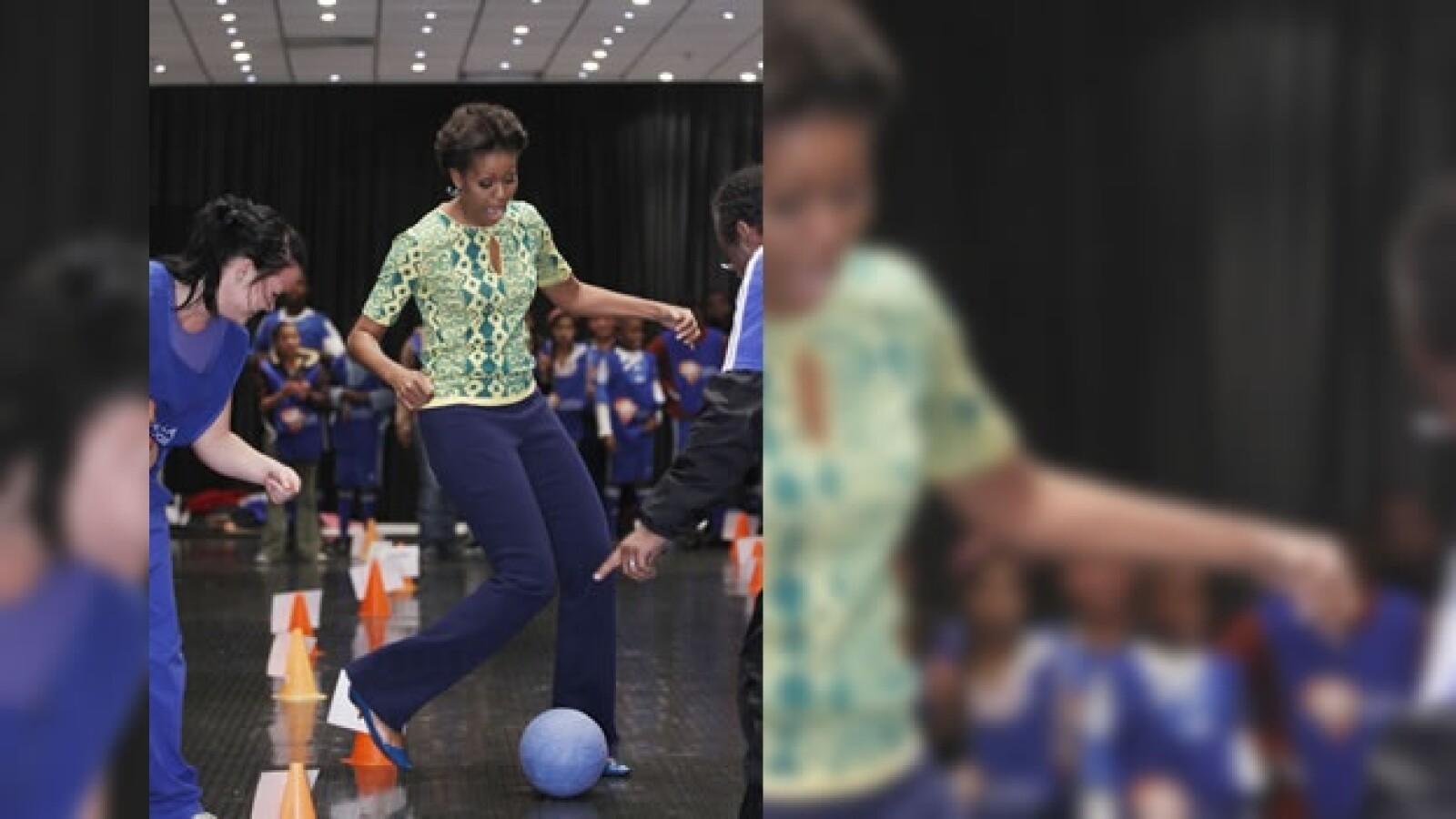 Michelle Obama - Sudáfrica - juega futbol
