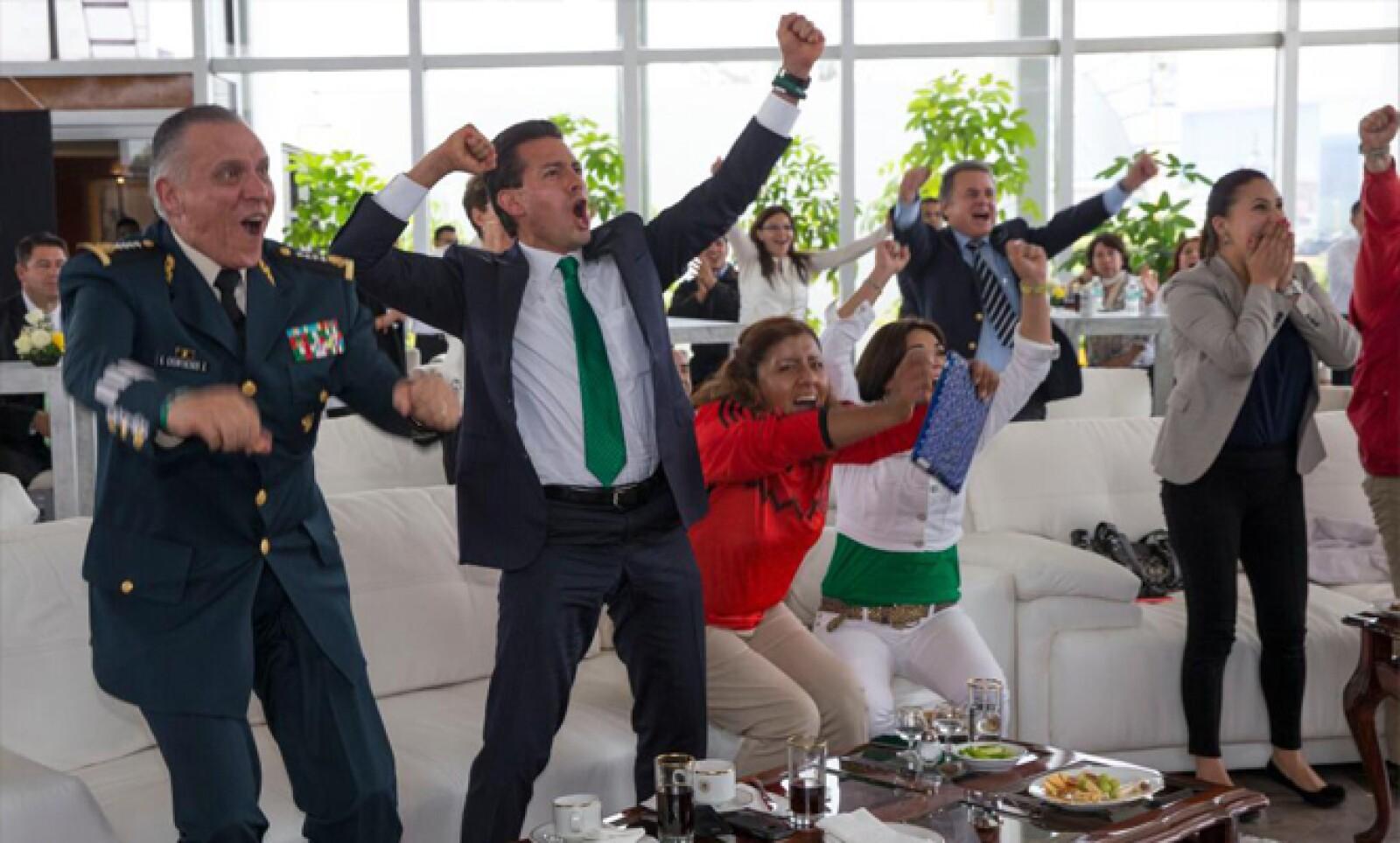 El mandatario mexicano Enrique Peña Nieto saltó de su asiento al celebrar uno de los goles del partido. Estuvo acompañado de Salvador Cienfuegos, titular de la Sedena.