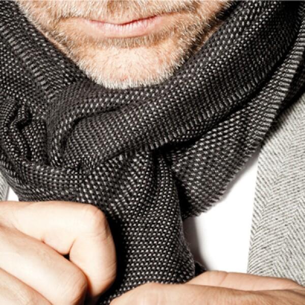 Acomoda la bufanda de manera que se vea el nudo. Procura esconder las costuras de la camisa.