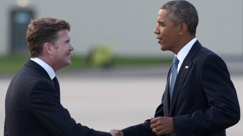 El presidente de Estados Unidos Barack Obama saluda al embajador de Estados Unidos en Gran Bretaña, Matthew Winthrop, al arribar en Inglaterra previo a una reunión de la OTAN