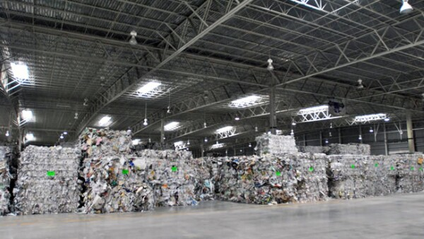Bosquesrecuperados. Vista general del centro de acopio de las pacas de papel triturado.