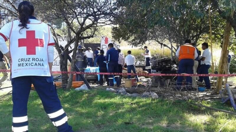 Elementos de la Cruz Roja Mexicana en el lugar de la explosión de un polvorín que dejó cinco muertos en Puebla