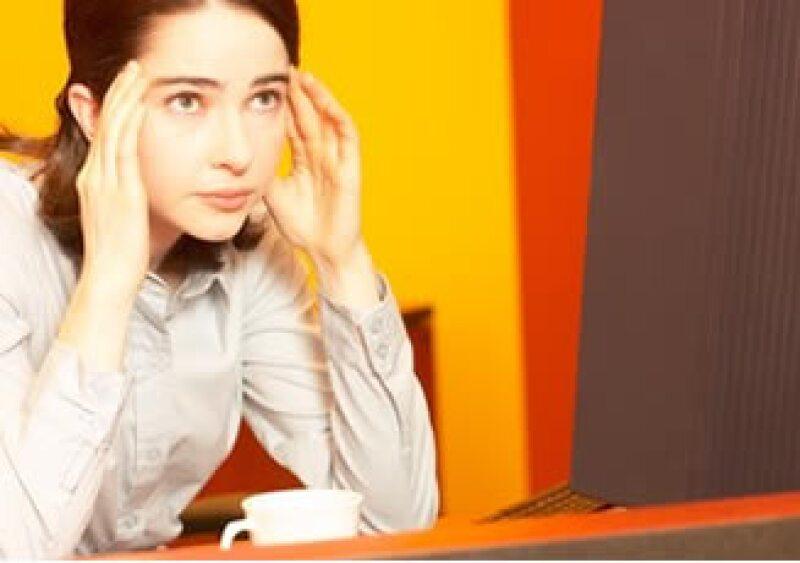 Las empresas deben adaptar los sitios de trabajo y las exigencias laborales para prevenir padecimientos. (Foto: Jupiter Images)