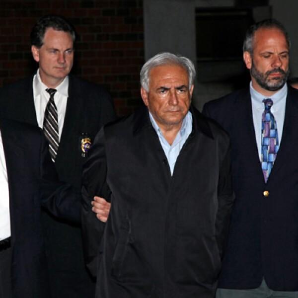 Dominique Strauss-Kahn sale de una comisaría de Nueva York, el 15 de mayo, donde rindió declaraciones por el presunto delito de acoso sexual.