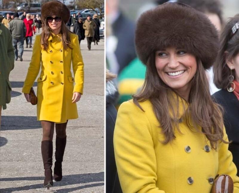 Durante su asistencia a un exclusivo festival hípico nos percatamos que las hermanas vistieron de una forma muy parecida. A Kate ya le conocíamos este estilo, pero Pippa sorprendió con su vestir.