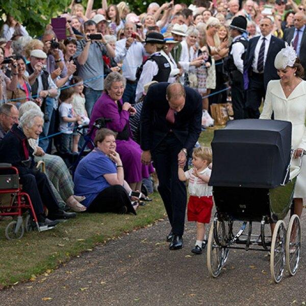 Así fue el paseo de los duques, el príncipe y la princesa hacia la iglesia.