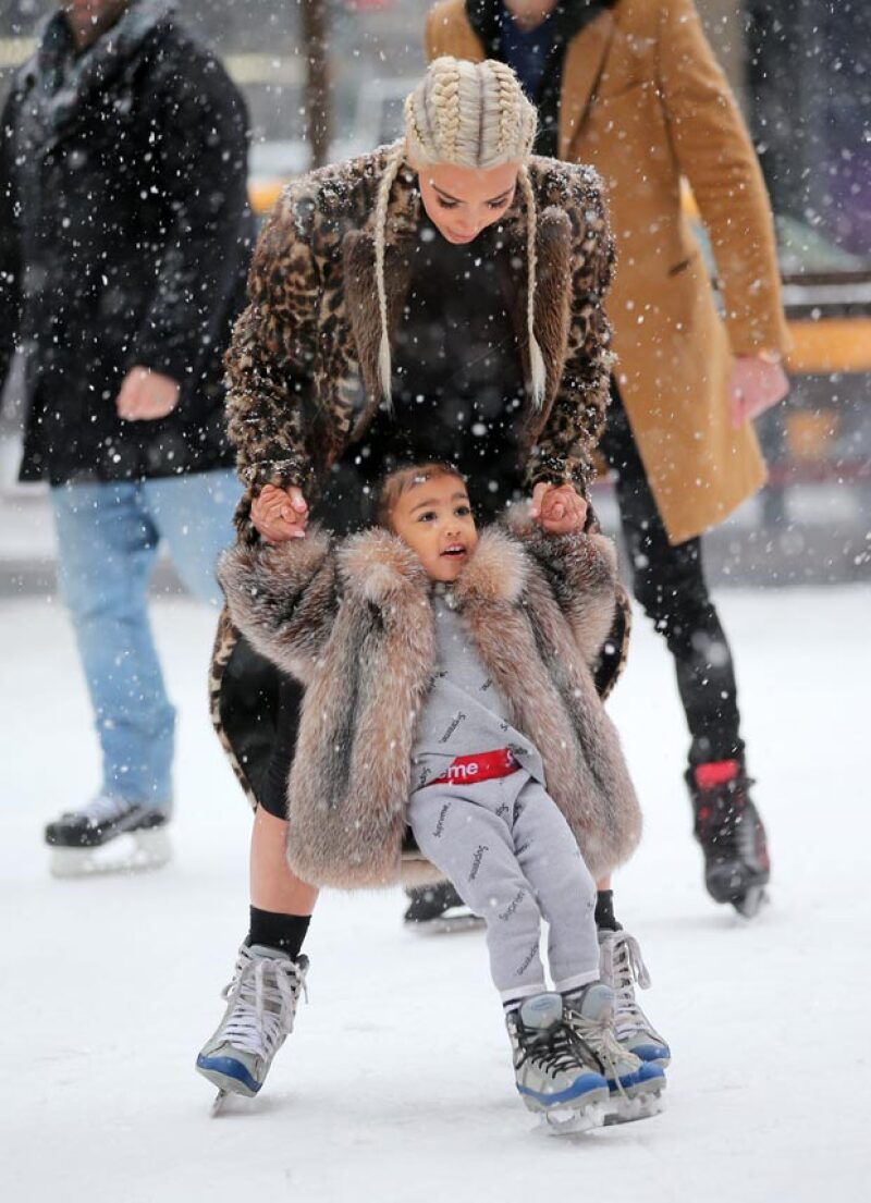 A juzgar por sus caras, la pequeña tuvo un día muy divertido aprendiendo a patinar.