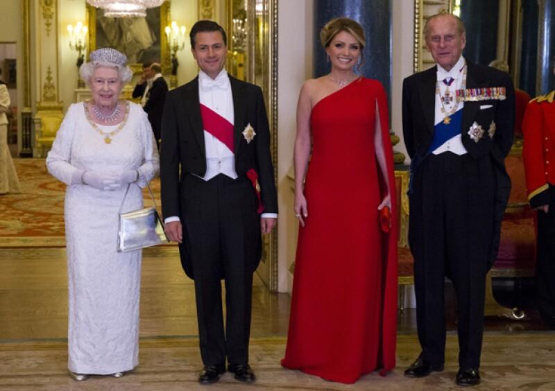 La pareja presidencial junto a la reina Isabel II y su esposo Felipe, duque de Edimburgo.