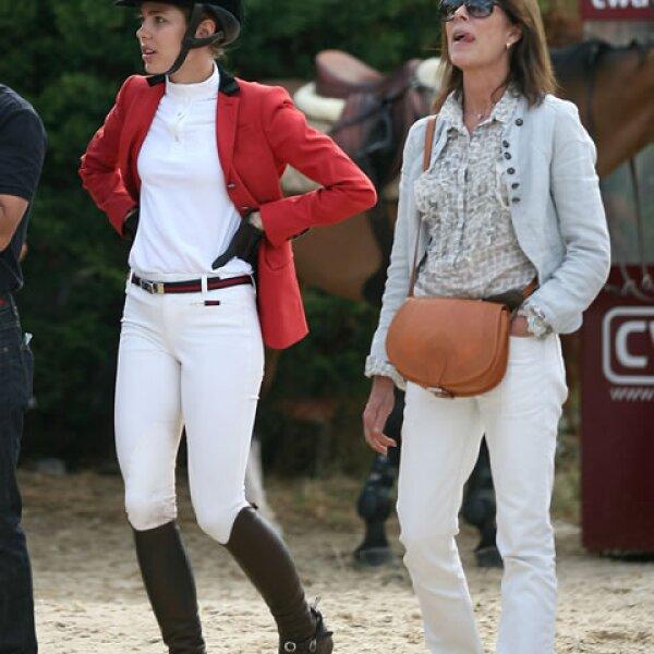 Madre e hija en una competencia de equitación.