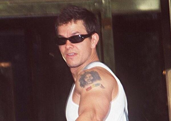 Mark se hizo este tatuaje en su juventud, pero por alguna razón decidió removerlo de su piel.