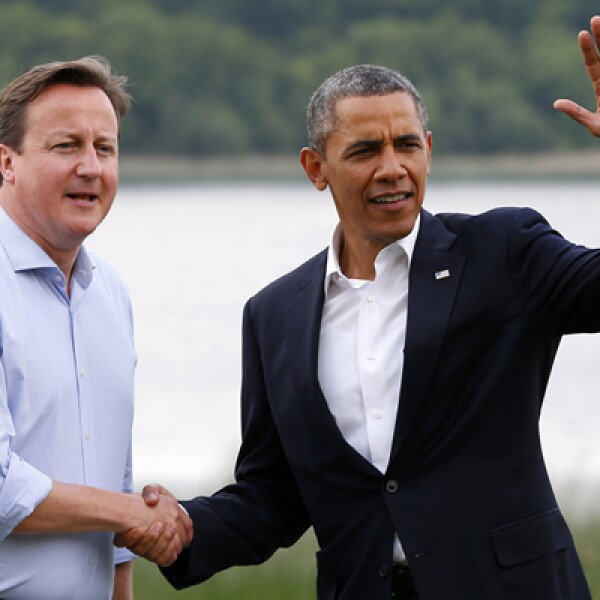 El primer ministro británico David Cameron –izq- da la bienvenida a presidente estadounidense Barack Obama, a su llegada a Irlanda del Norte para la reunión del G8, que comenzó este lunes.