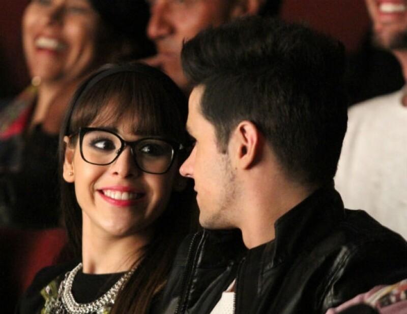Una mirada llena de amor, así es como Danna Paola mira a su querido Ele.