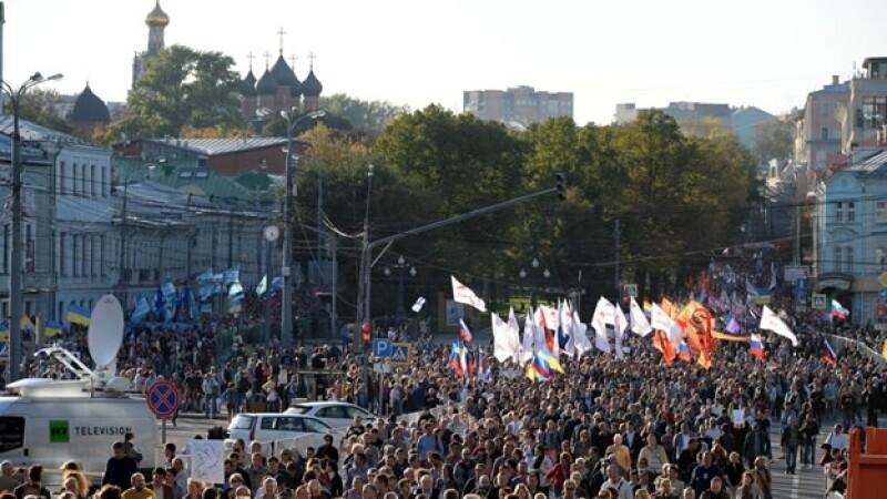 Miles de personas protestan en Moscú por la crisis en Ucrania