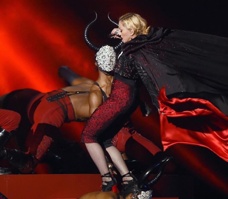 La cantante ha aclarado que no sufrió ninguna herida de gravedad al caerse de una escalera durante su actuación en la entrega de premios celebrada anoche en Londres.
