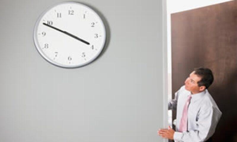 Los hombres saldrán más temprano dos viernes al mes. (Foto: Getty Images )