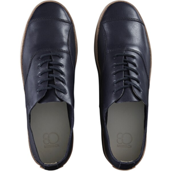 El zapato de tenis original René Lacoste fue diseñado por él mismo en 1963.