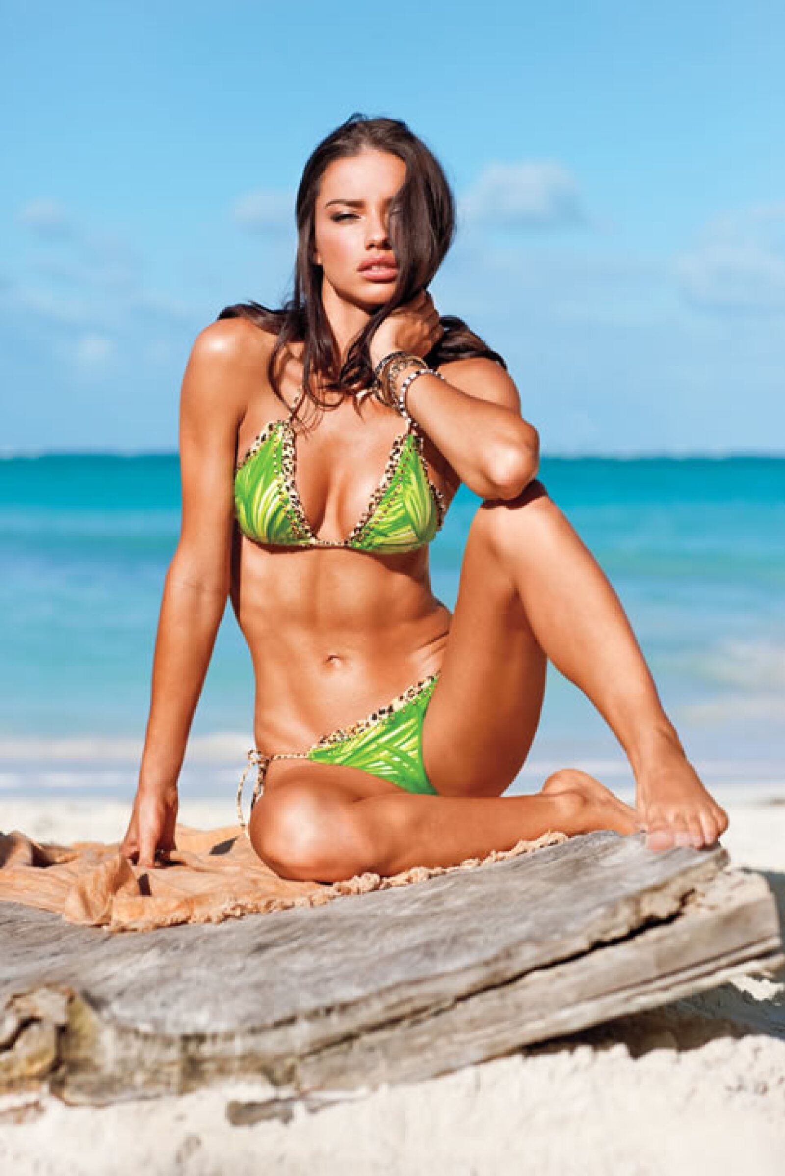Adriana Lima posando para el Victoria´s Secret Swim Issue, 2012.