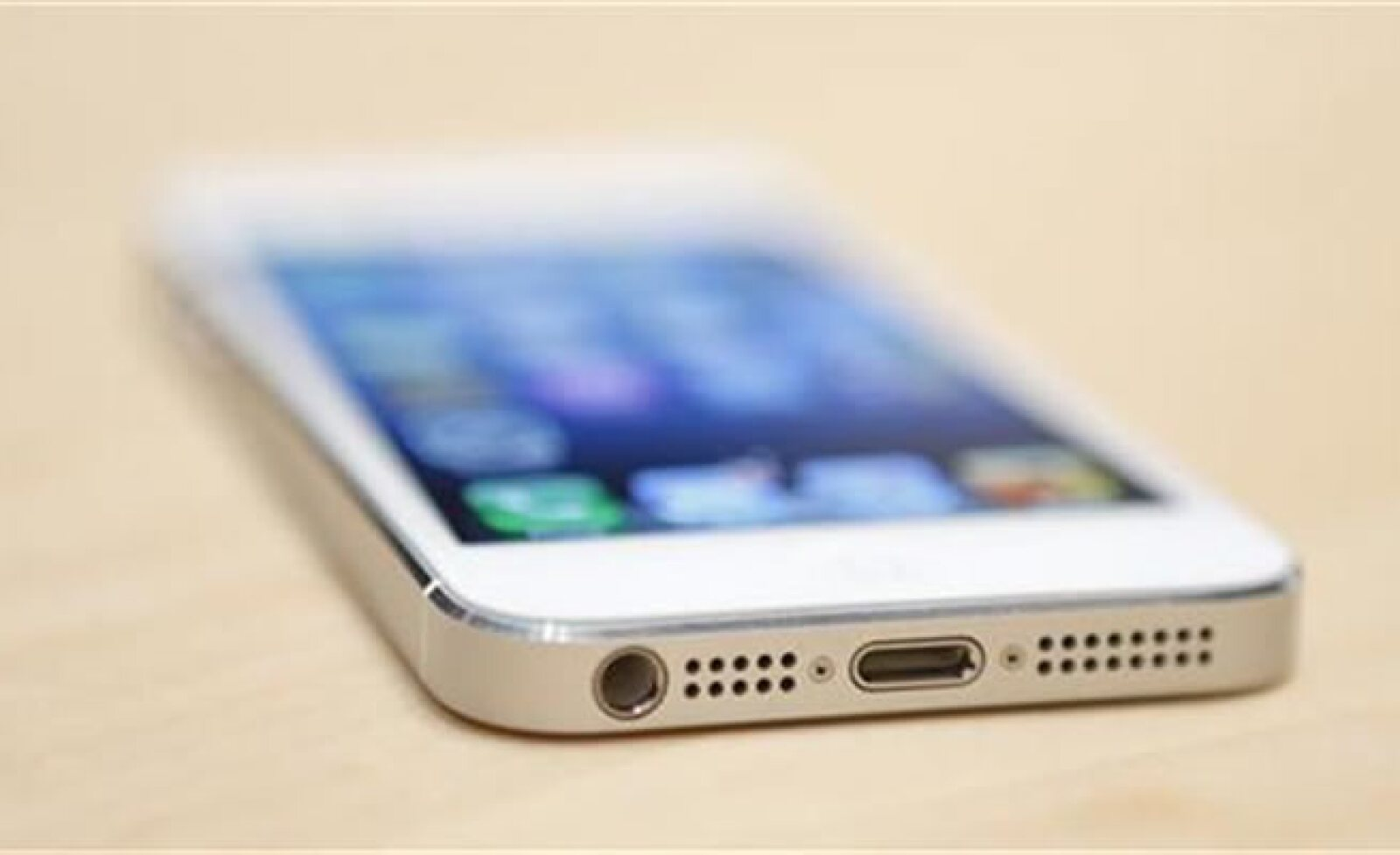 Los nuevos conectores del teléfono iPhone 5 de Apple durante un evento de medios en San Francisco