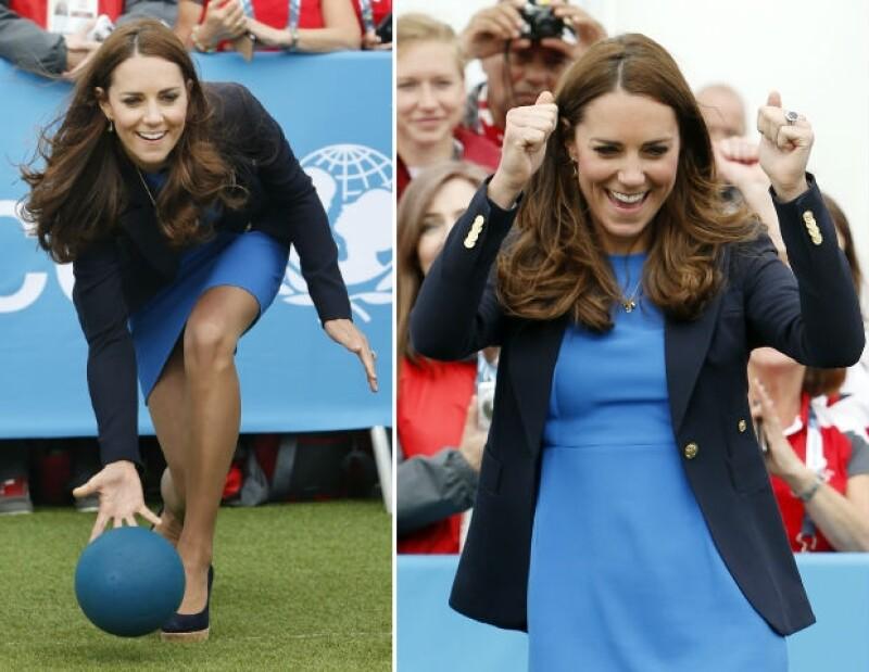 La duquesa de Cambridge regresó este martes a los Commonwealth Games en Glasgow donde convivió con los asistentes al formar parte de un particular deporte sudafricano.
